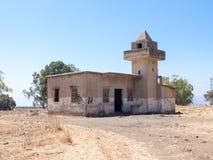 Die ruinierte Moschee, die nach dem Krieg des Tags des Jüngsten Gerichtes Yom Kippur War auf Golan Heights, nahe der Grenze mit S Lizenzfreie Stockfotografie