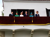 Die rum?nische K?nigsfamilie auf dem Balkon des Monarchietages stockbild