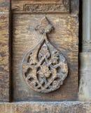 Die runden Blumenmuster, die durch geometrische Muster gestaltet wurden, schnitzten in die Au?enwand von Sultan Hasan Mosque, Kai stockfoto