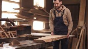 Die Rundschreibensäge im Prozess Der Tischler schneidet die Ränder eines großen Stück Holzes Tischler ` s Werkstatt stock footage