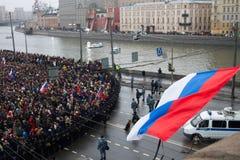 Die russische Flagge flattert über oppositionellem Marsch Stockbild
