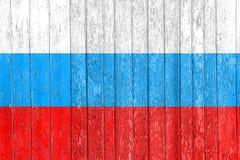 Die russische Flagge gemalt auf einem Bretterzaun Politisches Konzept Alte Beschaffenheit Stockbilder