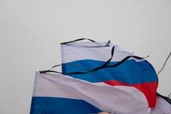 Die russische Flagge mit einem beklagenden schwarzen Band Lizenzfreies Stockbild