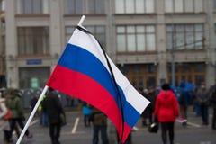 Die russische Flagge mit einem Trauerband Stockbild