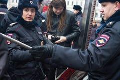 Die russische Polizei sucht Teilnehmer des oppositionellen Marsches Stockbild