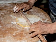 Die süße Pizza zu kneten ist manuell italienische ländliche Tradition mit alter und gesunder Methode lizenzfreie stockbilder
