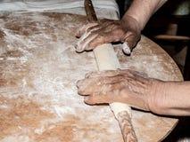 Die süße Pizza zu kneten ist manuell italienische ländliche Tradition mit alter und gesunder Methode stockfotografie