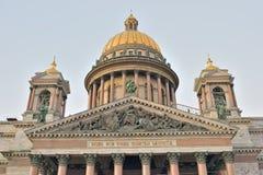 Die Säulenhalle und die Haube von ` s St. Isaac Kathedrale Stockbild