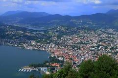 Die Süd-Schweiz: Ansicht vom Berg Bré zur Stadt von Lugano lizenzfreie stockfotografie