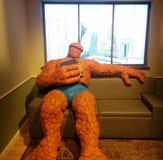 Die Sache, die auf Couch in der Wunderausstellung bei MoPOP in Seattle sitzt stockbild
