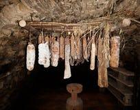 Die Salami, die zur Jahreszeit in den italienischen Alpen hängt, höhlen aus Stockbilder