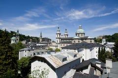 Die Salzburg-Kathedrale über den Dachspitzen Lizenzfreies Stockfoto