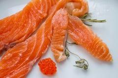 Die salzigen Fische (Lachse) auf der Platte Lizenzfreie Stockfotos