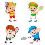 Die Sammlung der Jungenaktion, die das Tennisfeld mit der guten Aufstellung tut lizenzfreies stockbild