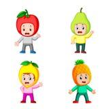 Die Sammlung der Jungenkinder, die das Fruchtkostüm mit der unterschiedlichen Aufstellung verwenden stockbild