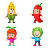 Die Sammlung der Kinder, die das Gemüsekostüm mit unterschiedlicher Variante verwenden stockbilder