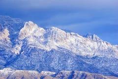 Die Sandia-Berge im New Mexiko mit Schnee stockbild