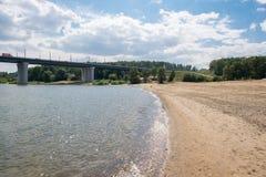 Die sandige Bank des Flusses Stockfoto