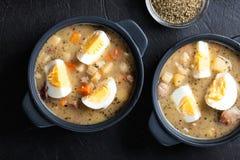 Die saure Suppe gemacht vom Roggenmehl mit Eiern Lizenzfreies Stockbild