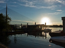 Die Save bei Sonnenuntergang mit Kabelbrücke im Hintergrund, Belgrad Lizenzfreies Stockbild