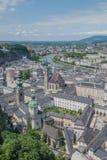 Die schöne österreichische Stadt von Salzburg, eine Ansicht in Richtung zum Fluss Salzach zeigend Lizenzfreie Stockfotos