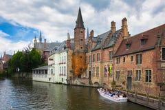 Die schöne alte Stadt von Brügge mit dem Bett Stockfotos