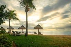 Die sch?ne Ansicht ?ber den Strand bei Mauritius stockbild