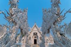 Die schöne Architektur innerhalb Wat Rong Khun White Temples in Chiangrai-Provinz stockfoto