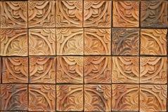Die schöne Backsteinmauer mit siamesischer Zeile Muster Lizenzfreies Stockbild