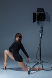 Die schöne Ballerina, die auf dack Blau aufwirft Stockfoto