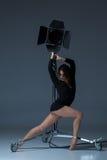 Die schöne Ballerina, die auf dack Blau aufwirft Stockbilder