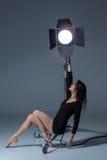 Die schöne Ballerina, die auf dack Blau aufwirft Lizenzfreie Stockbilder