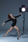 Die schöne Ballerina, die auf dack Blau aufwirft Lizenzfreies Stockbild