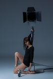 Die schöne Ballerina, die auf dack Blau aufwirft Stockfotos