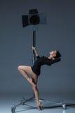 Die schöne Ballerina, die auf dack Blau aufwirft Stockfotografie