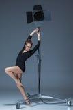 Die schöne Ballerina, die auf dack Blau aufwirft Lizenzfreie Stockfotografie