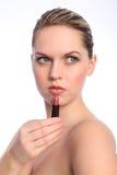 Die schöne blanke Frau, die roten Lippenstift verwendet, bilden Stockfotos