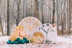 Die schöne blonde Braut, die an der großen Weinlese steht, stoppt Herbstwaldin den kreativen Hochzeitsdekorationen ab Stockfotografie