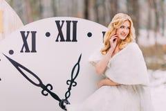 Die schöne blonde Braut, die an der großen Weinlese steht, stoppt Herbstwaldin den kreativen Hochzeitsdekorationen ab Lizenzfreies Stockbild