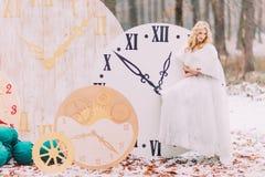 Die schöne blonde Braut, die an der großen Weinlese steht, stoppt Herbstwaldin den kreativen Hochzeitsdekorationen ab Lizenzfreie Stockfotografie