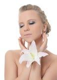 Die schöne blonde Frau mit Lilienblume Stockfotografie