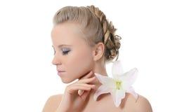 Die schöne blonde Frau mit Lilienblume Stockbilder