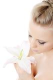 Die schöne blonde Frau mit Lilienblume Stockfoto