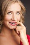 Die schöne blonde Frau mit rotem Lippenstift Lizenzfreies Stockfoto