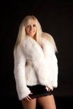 Die schöne Blondine in einem weißen Pelzmantel Lizenzfreies Stockfoto