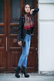 Die schöne braunhaarige Frau mit einem Schal auf hohen Absätzen Stockfoto