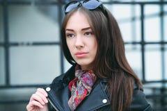 Die schöne braunhaarige Frau mit einem Schal auf hohen Absätzen Stockbild