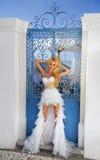 Die schöne Braut in einem Hochzeitskleid auf Santorini in Griechenland Stockfotografie