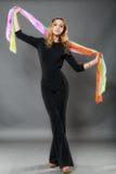 Die schöne elegante Frau kleidete im modernen Schwarzen an lokalisiert an Stockfoto