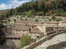 Die schöne Flächenlandschaft eines kleinen ländlichen Dorfs auf dem Hügel, Toskana, Italien stockbilder